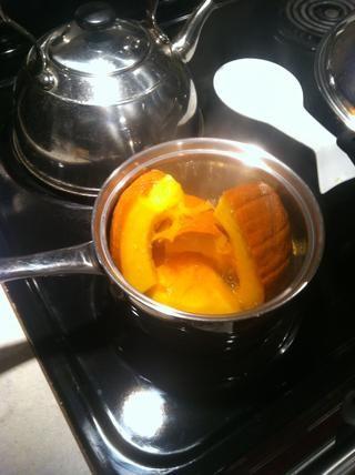 Cortar la calabaza por la mitad, retire las semillas de una de las mitades, y cortar en cuartos. Cubra una bandeja con agua y empezar a cocer al vapor la calabaza.
