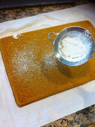 Afloje los lados primero y luego vuelcan sobre la toalla. Antes de subirse las espolvorear un poco de azúcar más polvo. Ayuda a que el pan no se adhieren a la toalla