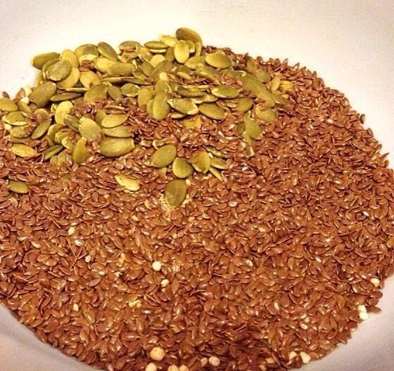 Añadir las semillas de lino y semillas de calabaza (Me doblé la cantidad de semillas de calabaza ya que yo no't have any sunflower seeds).