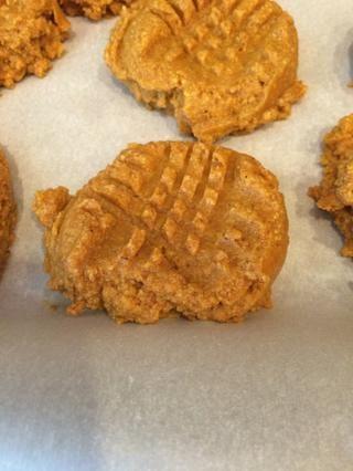 Use un tenedor para hacer un patrón similar a una galleta de mantequilla de maní.