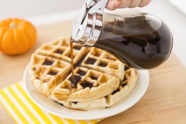 Deje que el jarabe se enfríe a temperatura ambiente antes de la agitación en el extracto de vainilla. Guarde en un frasco o recipiente hermético. ¡Disfrutar!
