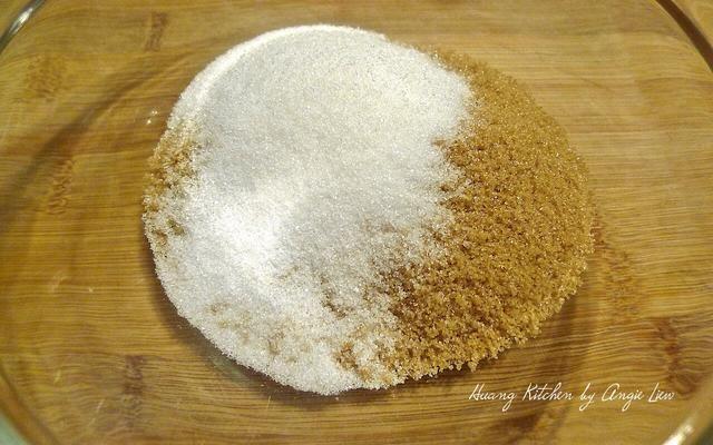 Mientras la masa está aumentando, hacer el relleno de azúcar canela colocando un poco de azúcar moreno, azúcar blanco y canela en polvo en un tazón.