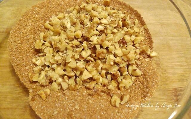 Agregue un poco de nueces picadas tostadas para darle más sabor. Mezcle todo junto.