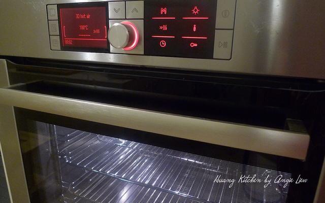 Precaliente el horno a 180 grados C (350 grados F). Coloque el estante en el centro del horno.