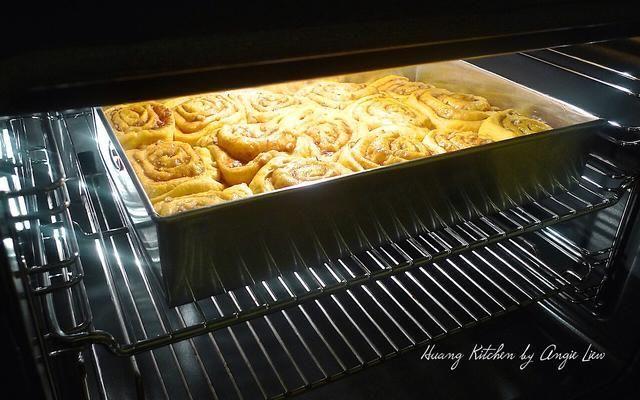 Cuando duplicado su tamaño, eliminar envoltura y cocer en el horno precalentado hasta que estén doradas, unos 30 minutos.