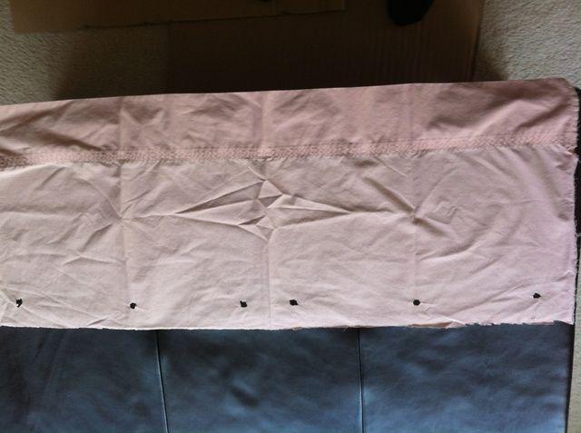 Mida la longitud de apertura de la cortina. Con un marcador, marcar puntos para ganchos de la cortina dejando 3-4 pulgadas en la parte superior del agujero para que pueda doblar por terminado. Usé 10 ganchos. A continuación, cortar el exceso en la parte superior y en la mitad.