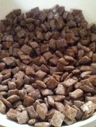 Cuando el Chow cachorro está completamente cubierto con azúcar en polvo se vierte en un recipiente y disfrutar del sabor dulce!
