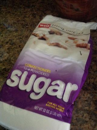 Salga azúcar de confección y añadir 1 y 1/2 tazas de azúcar de confección.
