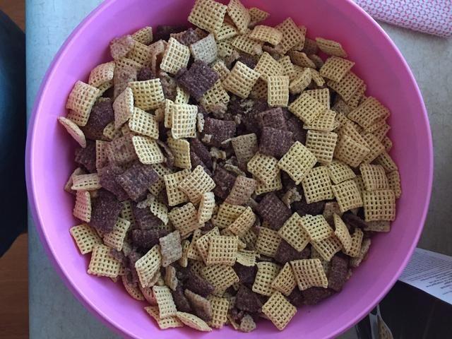 Vierta 9 tazas de cereal Chex en un bol y dejar de lado