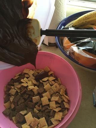Luego vierta sobre el cereal Chex y mezclar para distribuir uniformemente sobre la chex.