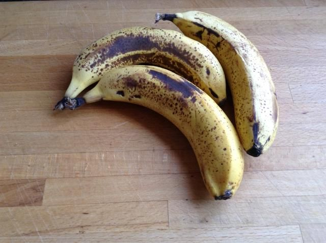Ahora consiga sus plátanos maduros, los que han empezado a ir bien y marrón son los mejores para esto. yo've used 3 medium bananas and I ended up with two portions of ice cream.