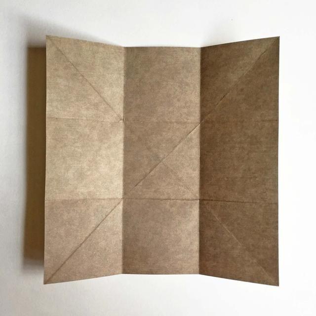 Cuando el papel se desarrolla, así es como debe ser similar con todas las líneas dobladas ... Usted debe tener 9 cuadrados con una gran cruz en el centro ...
