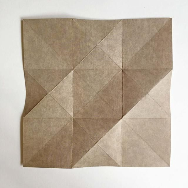 Da la vuelta al papel por encima de mostrar la otra cara del papel patrón ...