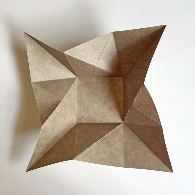 Valle doblar las 4 esquinas del papel como se muestra ... Al hacer esto, los 4 lados se levantará de distancia de la plaza central ...