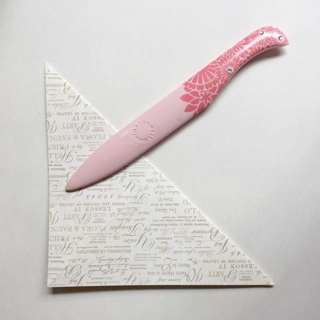Desdoble el papel y doblar la otra punta en diagonal ... Déle un buen bruñido ...