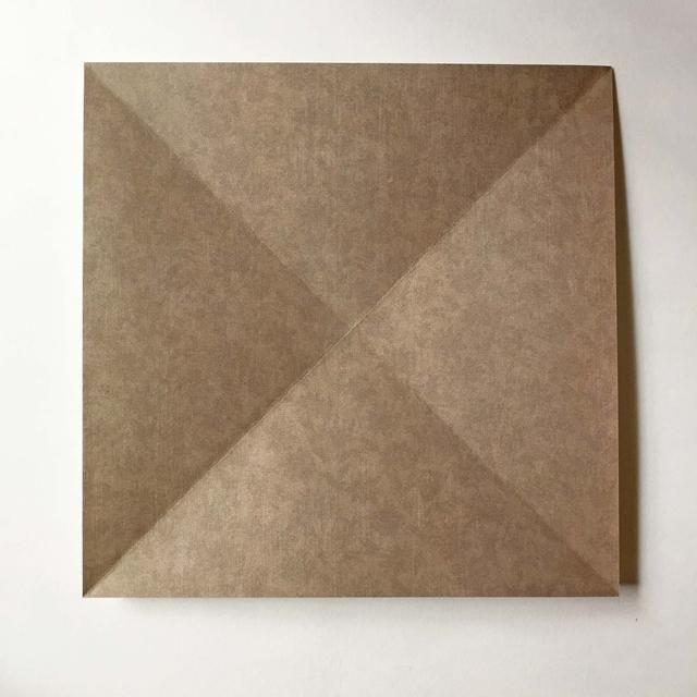 A medida que desdobla el papel, que se llega a ver esta gran cruzada a través del papel ...