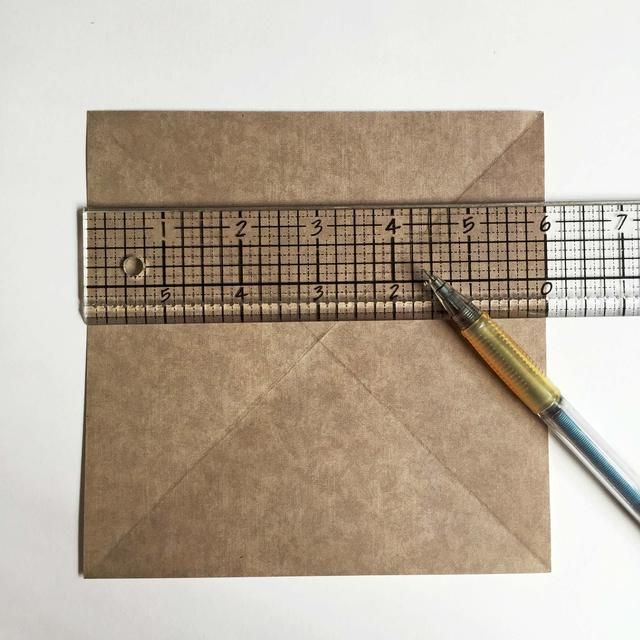 Divide el papel en 3 columnas iguales ... Es posible que desee utilizar una regla para medir por igual ... Para este tutorial,