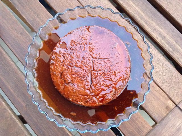 Agite suavemente la lata para estar seguro de que el quesillo se separa de las fronteras. Cubra la lata con una bandeja de servir. Darle la vuelta y levante lentamente la lata. Póngalo en la nevera durante al menos 6 horas. ¡Disfrutar!