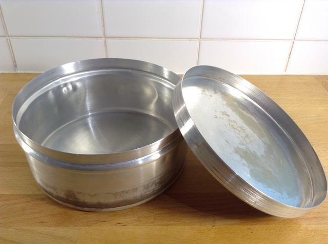 Se trata de una lata de aluminio típica de Venezuela pero se puede usar una lata de galletas de aluminio normal o una sartén normal de aluminio con una tapa