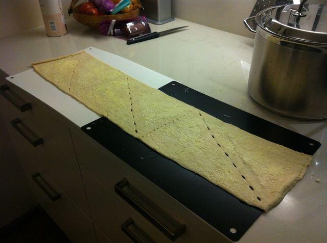 Desenrolle la masa y la capa con mantequilla