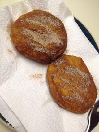 Espolvoree ambos lados con el azúcar canela o azúcar en polvo.