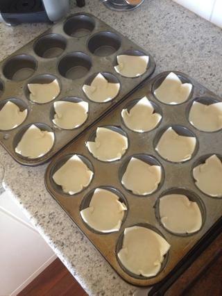 Plaza Place 1 pastelería en cada agujero en el molde para muffins. Asegúrese de empujar las cosas bien a los bordes por lo que hay's no air bubbles. It should look like this.