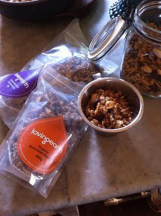 Mida 1 taza de buckinis (tostadas o alforfón activados) o puede utilizar muesli o frutos secos tostados o una mezcla de todos ellos.
