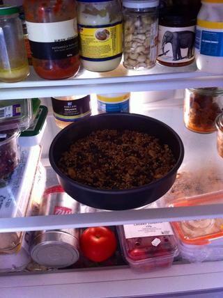 Ponga la mezcla en el refrigerador durante 30 minutos hasta que el aceite de coco es sólido de nuevo y la mezcla se enfría.