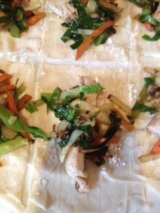 Ahora coloque un pedazo de su pollo cocido en el centro de cada cuadrado y luego cuchara sobre algunas de las verduras stir frito.