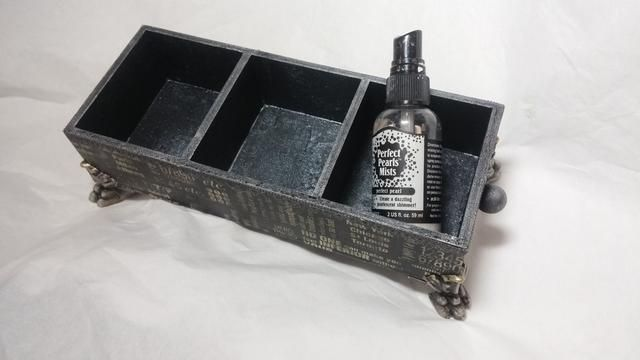 Última pegué los pies en spritzed y las cámaras en el interior de la caja con Perfect Pearls niebla para crear un efecto de metal.