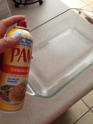 Rocíe parte inferior de la bandeja para hornear para evitar pegajosidad. Abra cada paquete filete, seco y colocar en el molde.