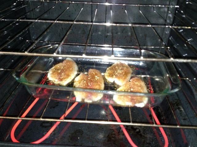 Cepille aceite de oliva sobre cada filete de tilapia y aplicar todos sus condimentos. No hay necesidad de girar filete terminado. Coloque la bandeja en el horno precalentado a 350 grados y hornear durante 12-15 minutos.