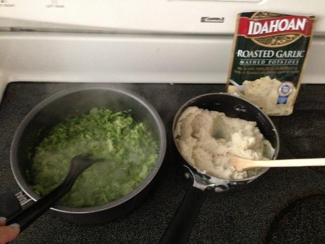 Añadir lados rápidas a su plato. Elegí brócoli picado y tostado-ajo con sabor a puré de patatas instantáneo. ??????