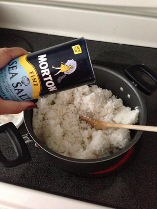 Agregue sal. ⭐Tip: Es mucho más fácil de medir su consumo de sal y la extendió sobre el arroz.
