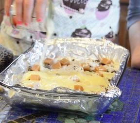 A continuación, vierta la leche condensada azucarada sobre la parte superior. Volver durante 25 minutos. Retirar del horno, espolvorear inmediatamente cookies samoas picadas sobre las barras. Dejar enfriar y cortar en cuadrados!