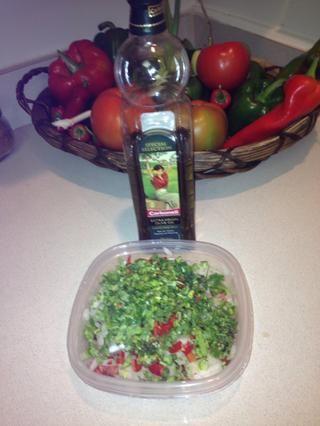 Añadir el aceite de oliva y vinagre blanco
