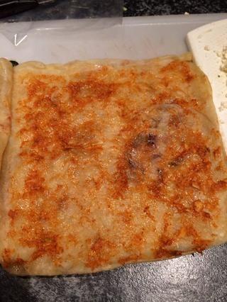 Extender la pasta de ajo en el interior.