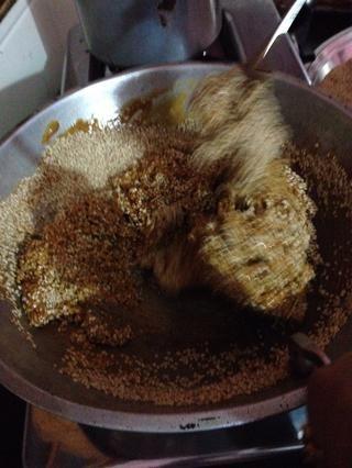 Añadir las semillas de sésamo en el azúcar moreno derretida y mezcle bien.