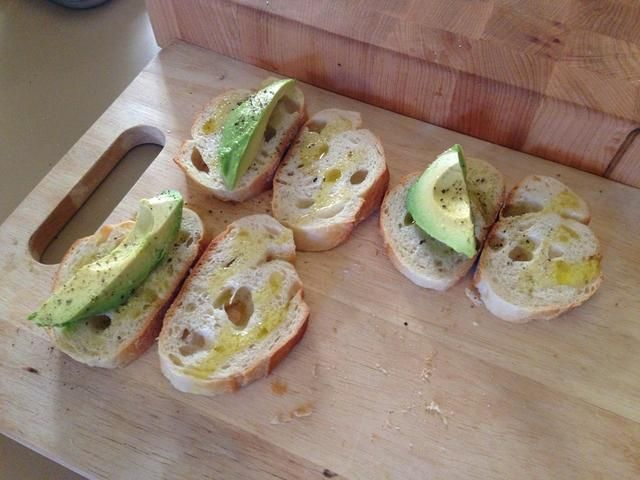 Añadir una rodaja de aguacate para cada sándwich y la sal y pimienta ambas mitades.