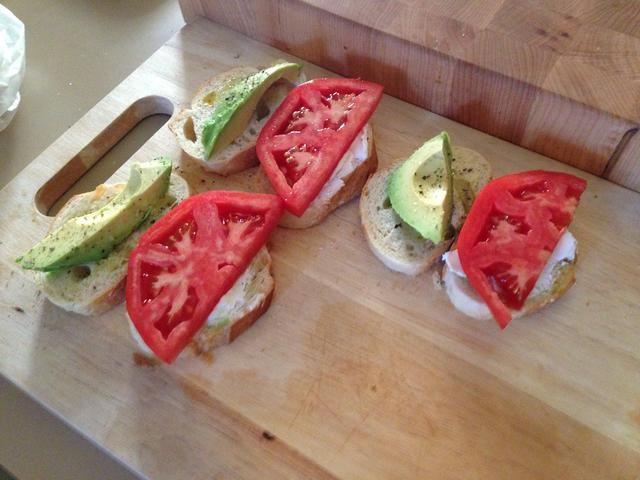 Añadir una rodaja de tomate media para cada sándwich.