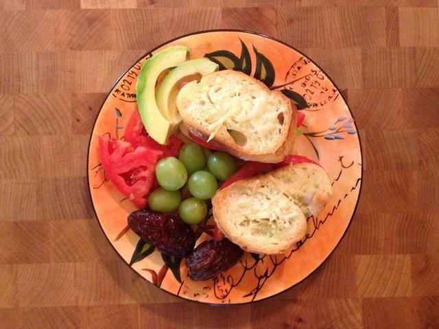 Placa según se desee. Aquí en la uva fresca, fechas, tomate y aguacate.