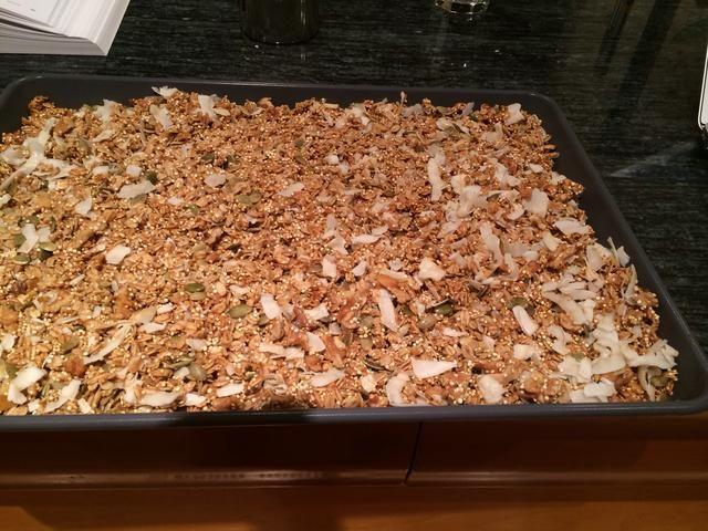 Mezcle, y luego se extendió a cabo en una capa delgada. Regreso a horno. Continuar la cocción durante otros 10 o 15 minutos, hasta que la granola esté dorada y huele calentito.