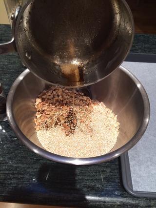 Vierta la mezcla de líquido en la seca de la mezcla.