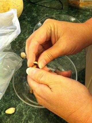 Mientras estaba ejem comer-, cortar las aceitunas, mi madre bombardeó alrededor de una taza o menos de pistachos.