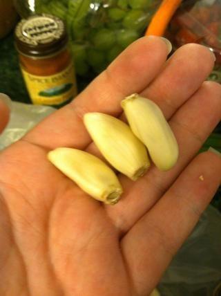 Pelar sólo dos dientes de ajo. He añadido tres a mi pesto este tiempo y era un poco mucho, así que recomiendo sólo dos menos que usted realmente ama el ajo.