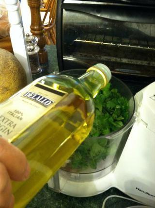 Rocíe un poco de aceite de oliva. Apuesto usé una cucharada pero utilizo todo lo que necesita para obtener la consistencia pesto.