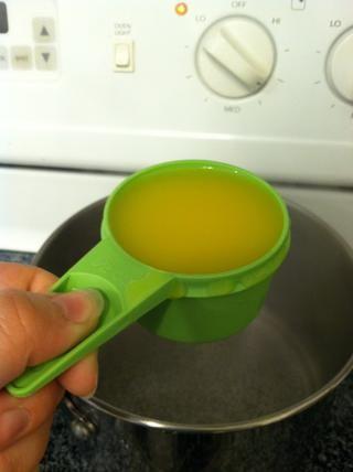 Añadir media taza de jugo de naranja a su cacerola. Esto da a la quinua un poco de sabor dulce.
