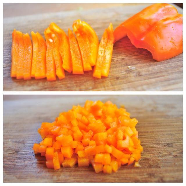 Retire las semillas del pimiento a continuación, cortar tiras finas int. Entonces dados cada tira. Añadir a los bolos.