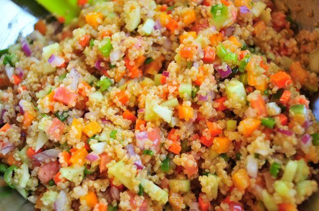 Mezcle todo junto en un tazón grande. La quinua debe ser un poco caliente todavía. Eso está bien, ayuda a liberar a todos los sabores de las verduras. Tapar y dejar enfriar durante una hora antes de servir.