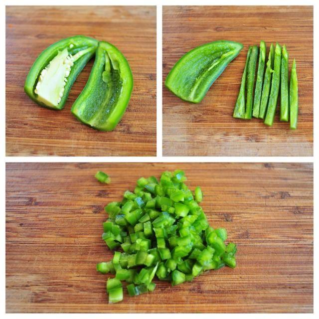 Tome una cuchara y raspar las semillas del chile jalapeño. Si te gusta mucho calor siempre se puede dejar en las semillas.